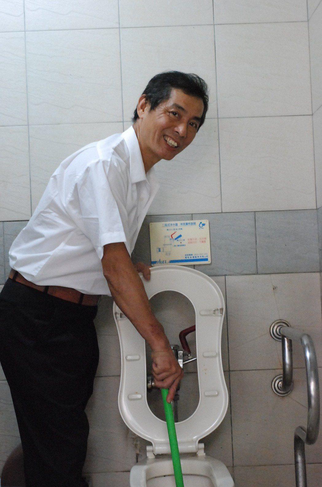 60歲林秉滄SARS期間勇闖隔離區修廁所,傳為佳話。記者吳思萍/攝影