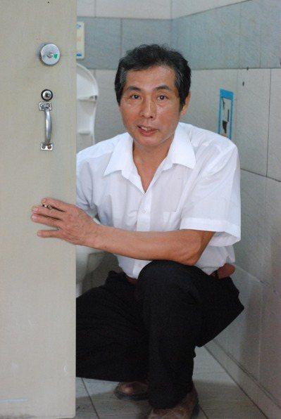60歲林秉滄SARS期間勇闖隔離區修廁所,他謙虛的說,小事也要腳踏實地的做。記者...