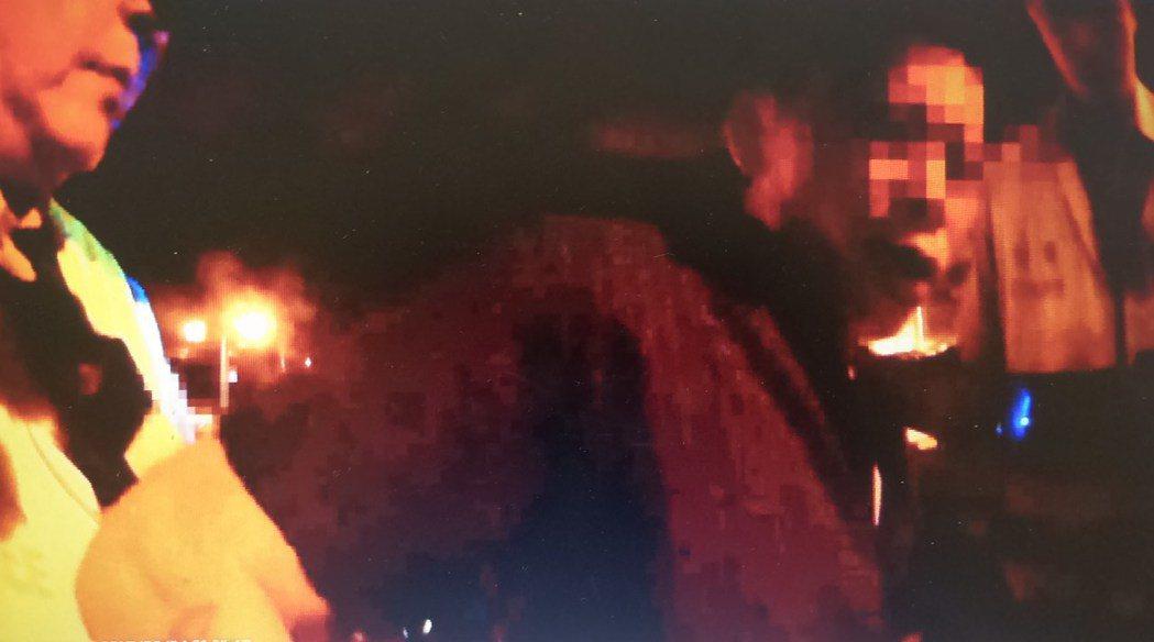 林姓男子(右)涉酒駕又經查出通緝身分被捕。記者林保光/翻攝