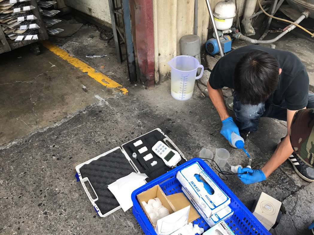 台南市環保局會同警方稽查台南仁德區一家工廠,查獲該工廠違反水污染防治法等法規。圖...