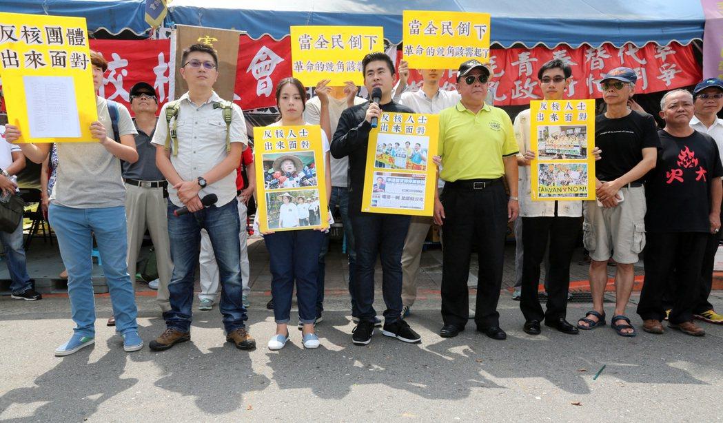 新黨發言人王炳忠(左四)等人與立院外的「八百壯士」上午舉行記者會,王炳忠批,民進...