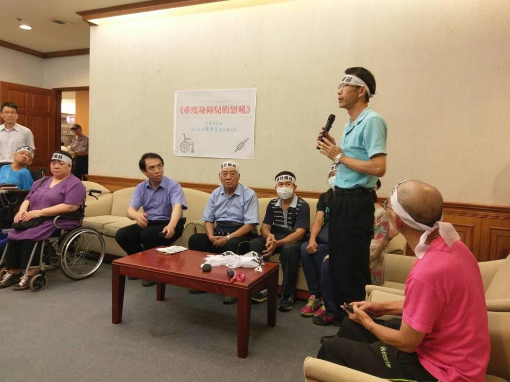 國民黨立委陳學聖(左四)今天和恆愛教養院的院生及家長舉行記者會,希望不要被強制搬...