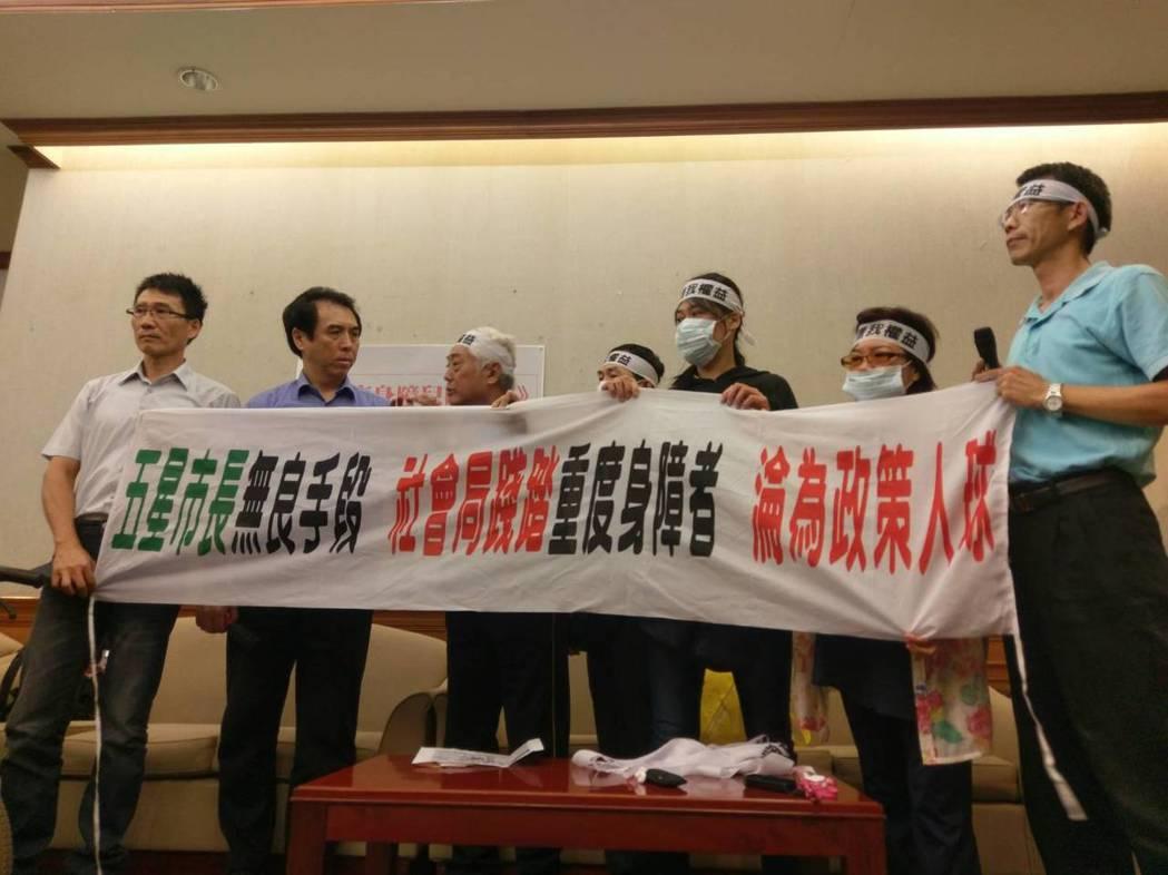 國民黨立委陳學聖(左二)今天和恆愛教養院的院生及家長舉行記者會,希望不要被強制搬...