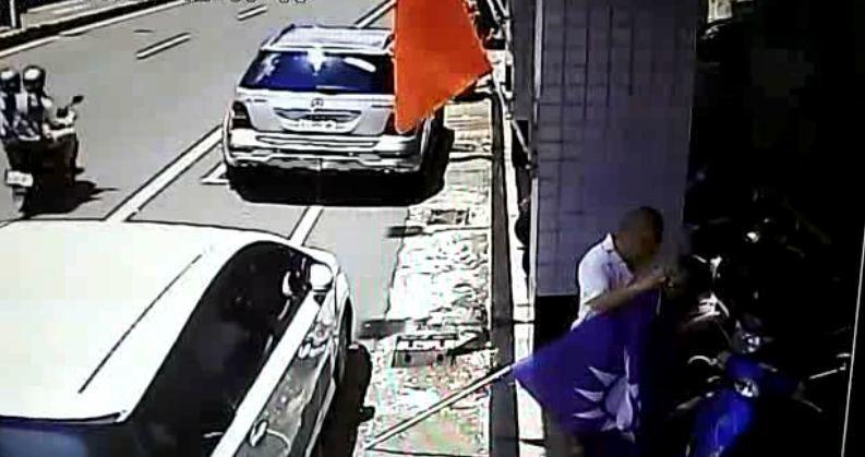 張姓男子涉行竊黨旗的過程,被台南市黨部監視器拍個正著。記者邵心杰/翻攝