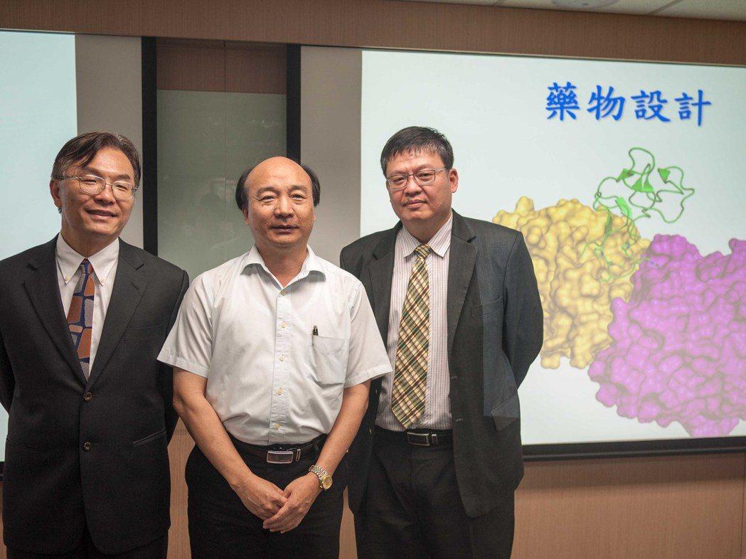 成大分子生物所教授莊偉哲以蛇毒蛋白為基礎透過蛋白質工程研發出4種藥物。記者林良齊...