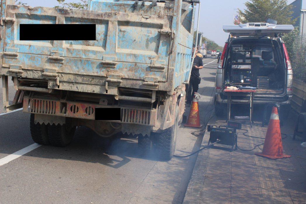 台南市環保局新增5處空氣品質淨區,加強路邊攔查大型柴油車輛。圖/台南市環保局提供