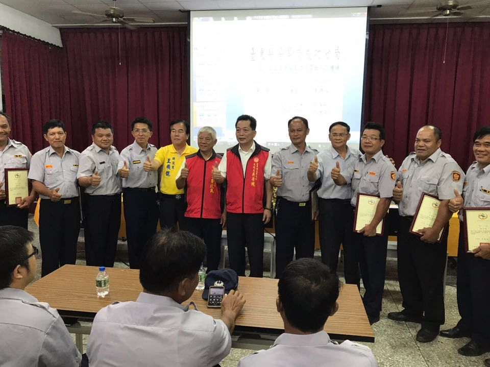 台東義警大隊吳景槐(右六)頒發感謝狀給優秀的民防義警。記者陳珮琦/翻攝