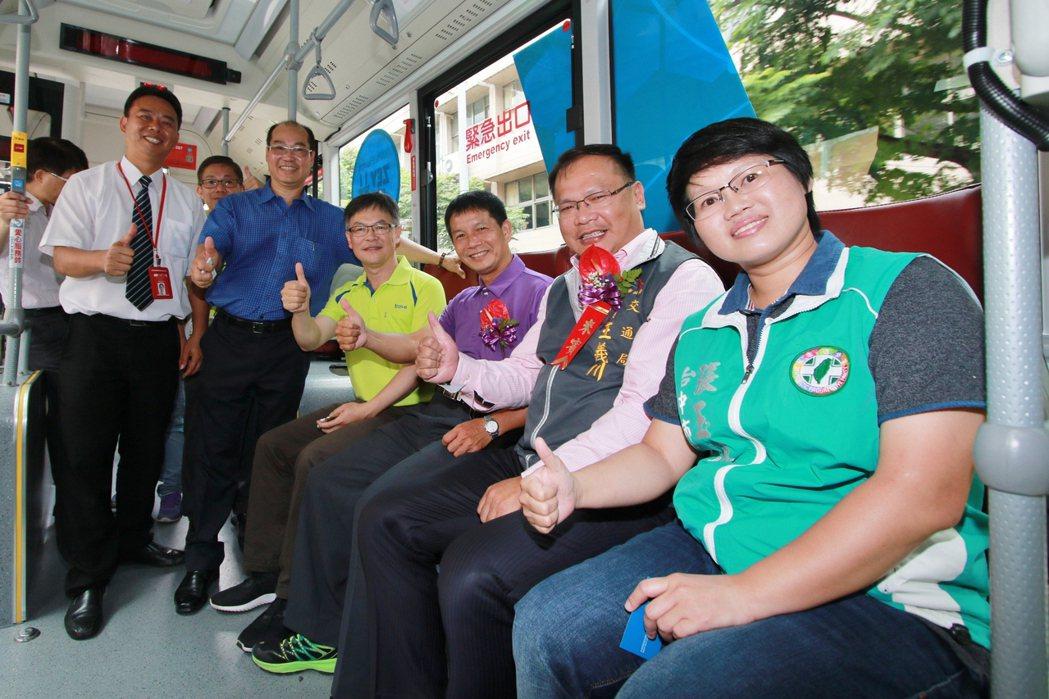 74路公車啟駛,交通局長王義川(右二)和多位地方民意代表參加啟駛典禮。照片/台中...