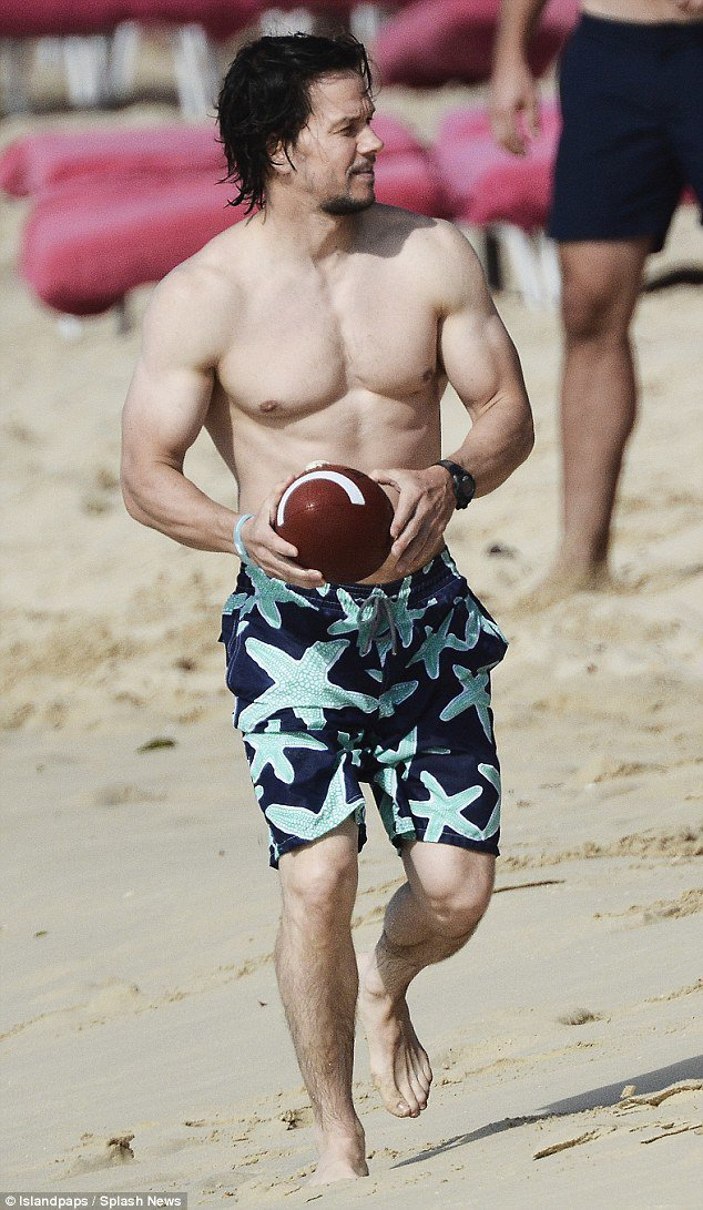 馬克華伯格穿Vilebrequin海星圖騰海灘褲。圖/sun&#8226day提...