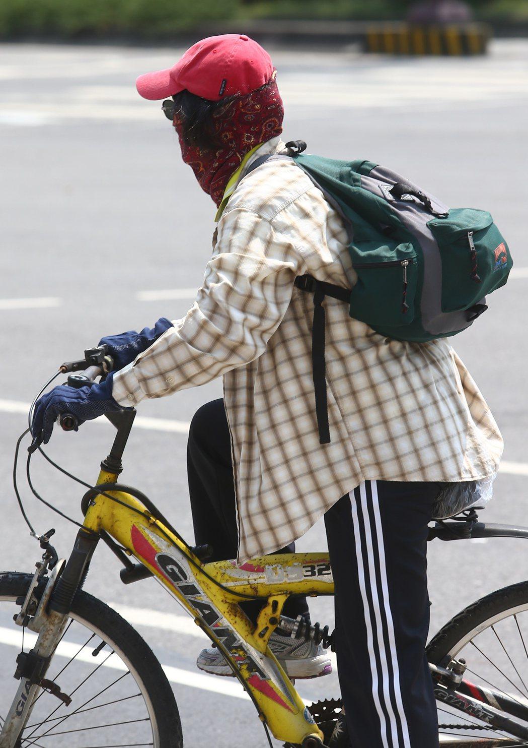 帽子、墨鏡、手套、頭套加外套,許多單車騎士為了躲太陽,全副武裝的裝扮,讓人分不清...