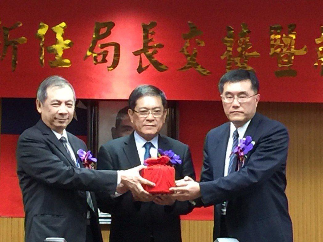 礦務局今天舉辦新舊任局長交接,由經濟部次長楊偉甫監交。 記者吳馥馨/攝影