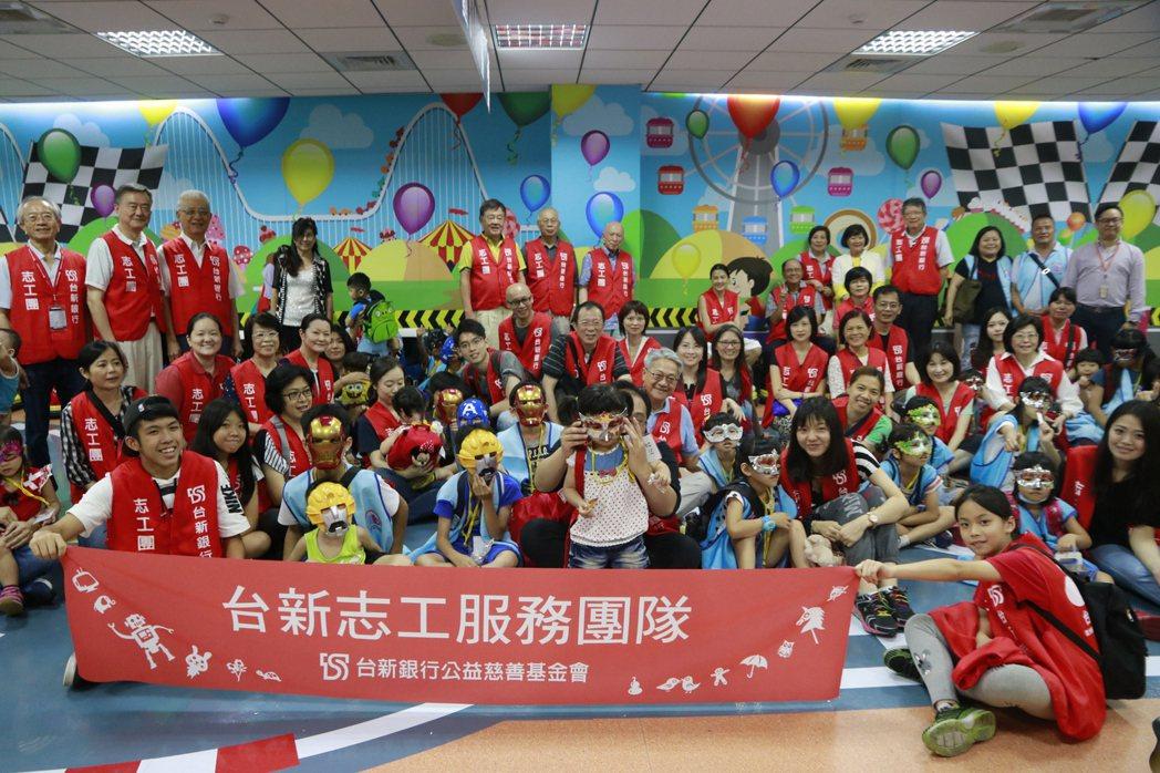 台新志工帶領藍迪之家院童,參訪金格觀光工廠。台新銀行/提供