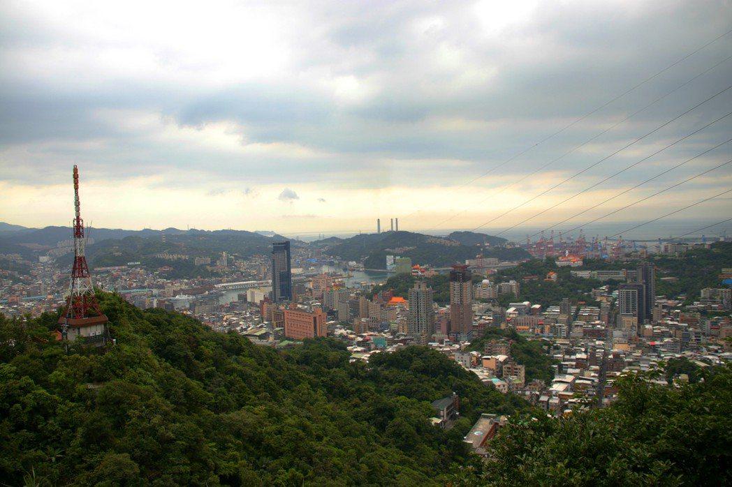 紅淡山可以遠眺基隆市區、港口,登山步道最近出現大量的串珠環蝶。記者曾健祐/攝影
