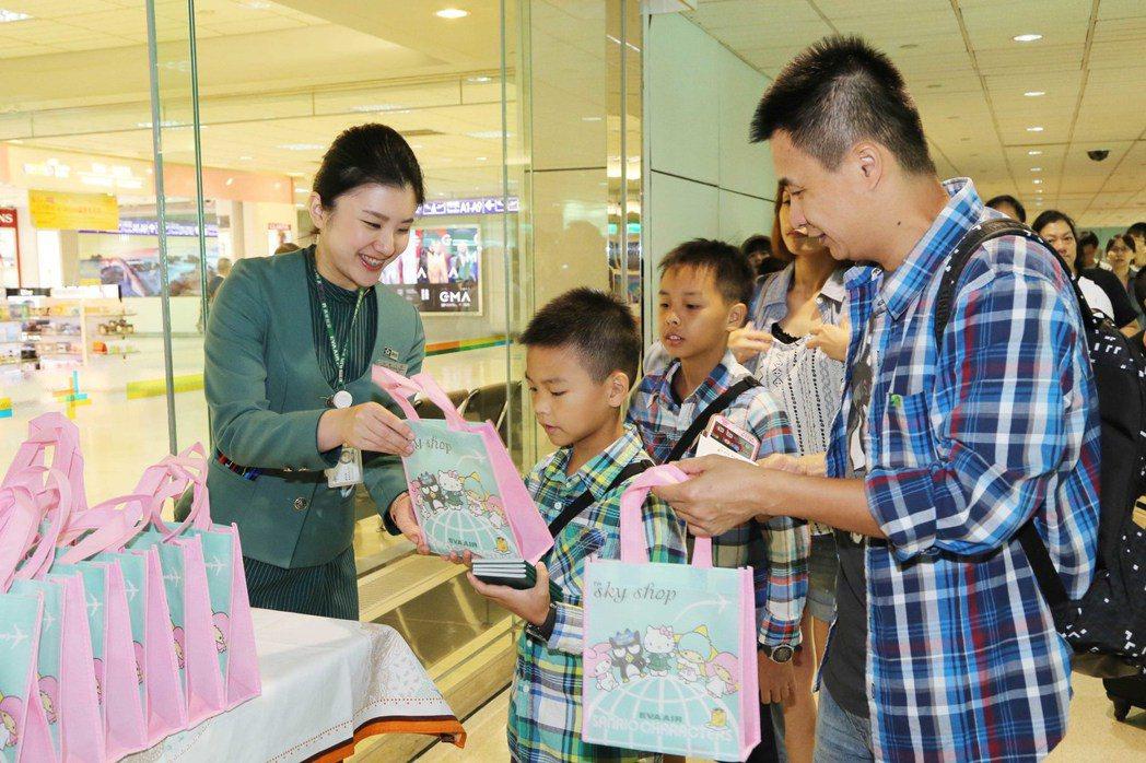 長榮航空致贈可愛又環保的「Hello Kitty友誼機餐具組」。圖/長榮航空提供