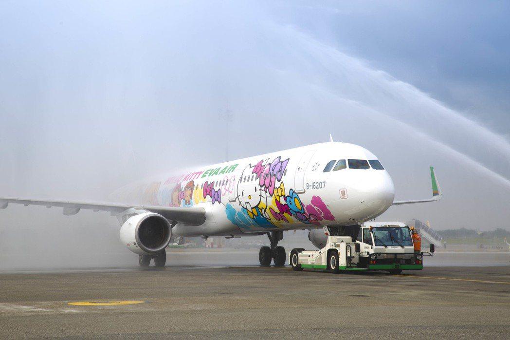 友誼機是長榮航空第二架A321-200彩繪機,今(28)日首航沖繩,特別安排灑水...