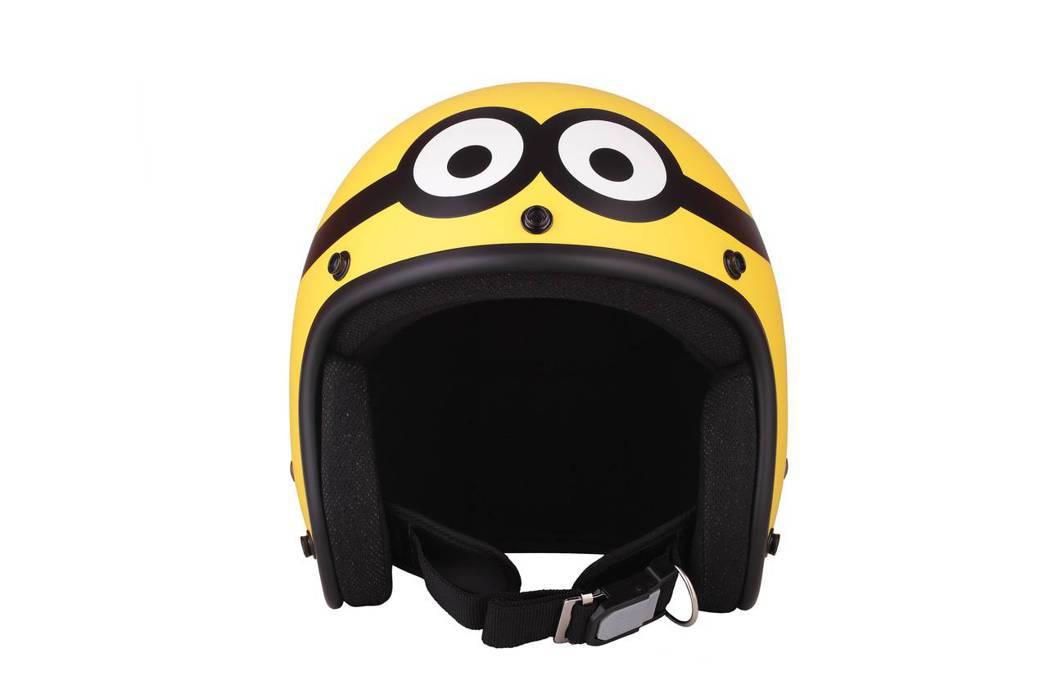 小小兵罩得住安全帽。圖/全家提供