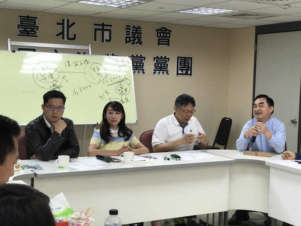 兩大議案表決前,台北市長柯文哲現身民進黨黨團會議,拜託議員支持市府提案。圖/台北...