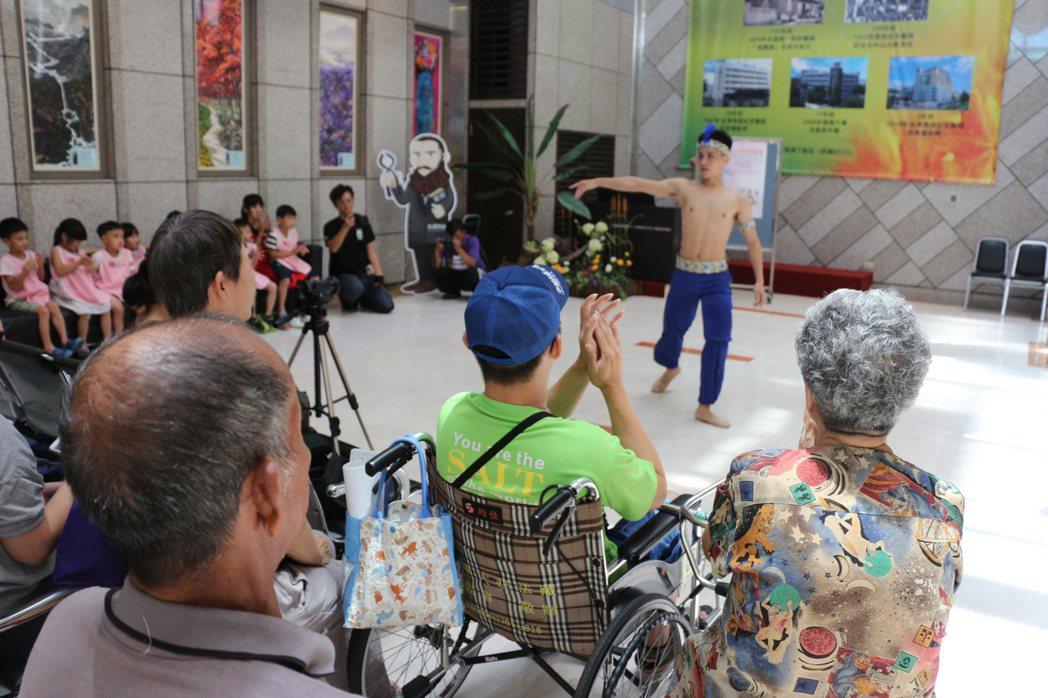 台灣芭蕾舞團今天跳進台東馬偕醫院,慰勞病患心靈。記者李蕙君/攝影