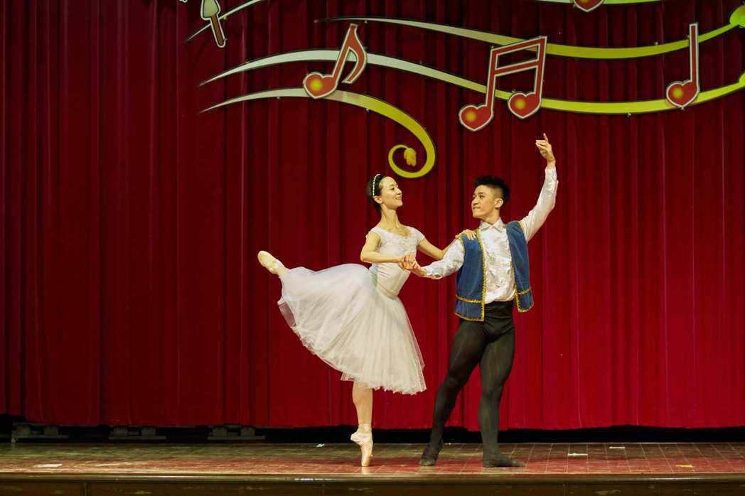 台灣芭蕾舞團巡演的第一間學校演出範圍受限、地板凹凸不平等,但舞者堅持專業演出。圖...