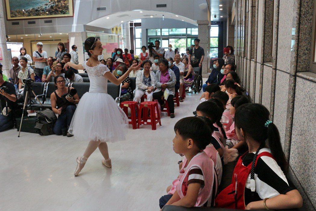 台灣芭蕾舞團今天跳進台東馬偕醫院,呼應馬偕博士的行醫救人精神,也象徵該舞團下鄉巡...