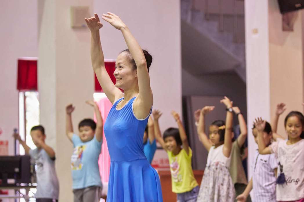 台灣芭蕾舞團鼓舞偏鄉學童擁有勇氣站上台起舞,莊媛婷深受感動,決定努力募集款項,台...