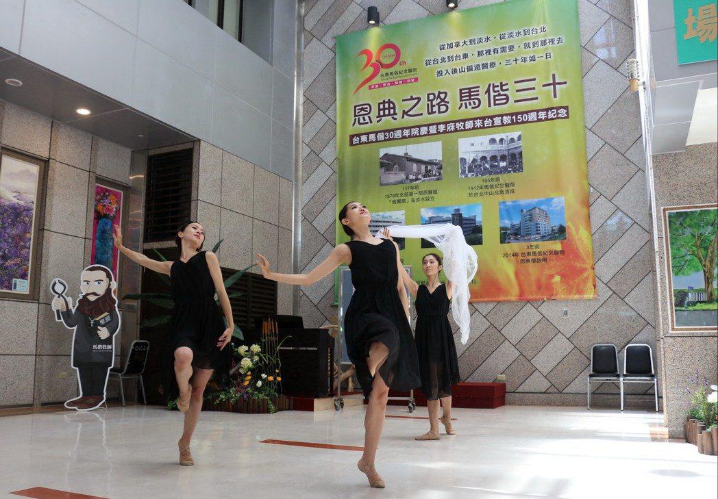 莊媛婷透過代表馬偕博士精神的台語歌謠「最後的住家」,讓舞者身著象徵馬偕宣教士身分...