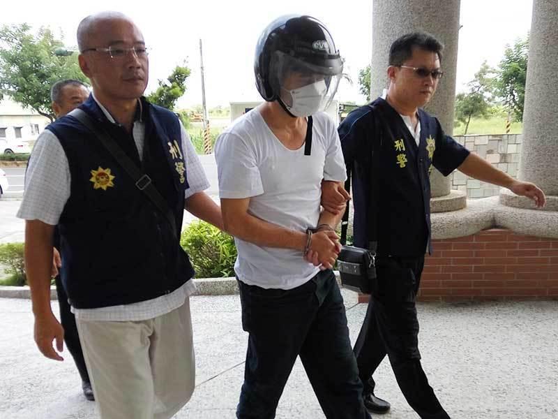 犯下土城運鈔車搶案的男子顏健雄,冒用死者身分逃了23年,今天被判刑13年。圖/報...