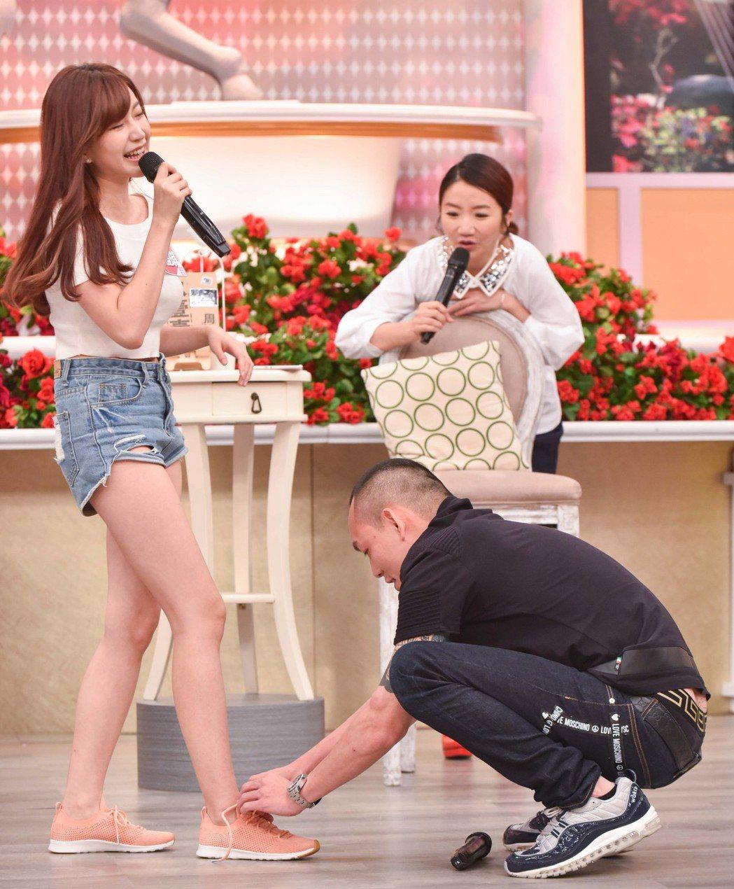 春風(右下)蹲下替女來賓綁鞋帶。圖/衛視中文台提供