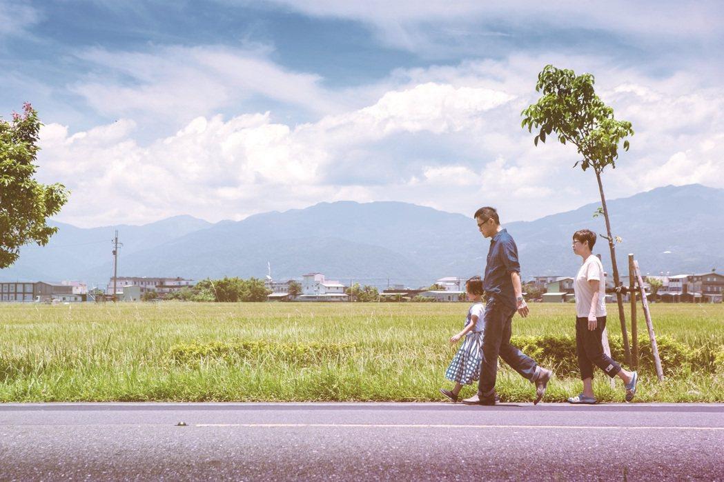羅大佑帶著一家三口拍攝宣傳照。圖/種子音樂提供