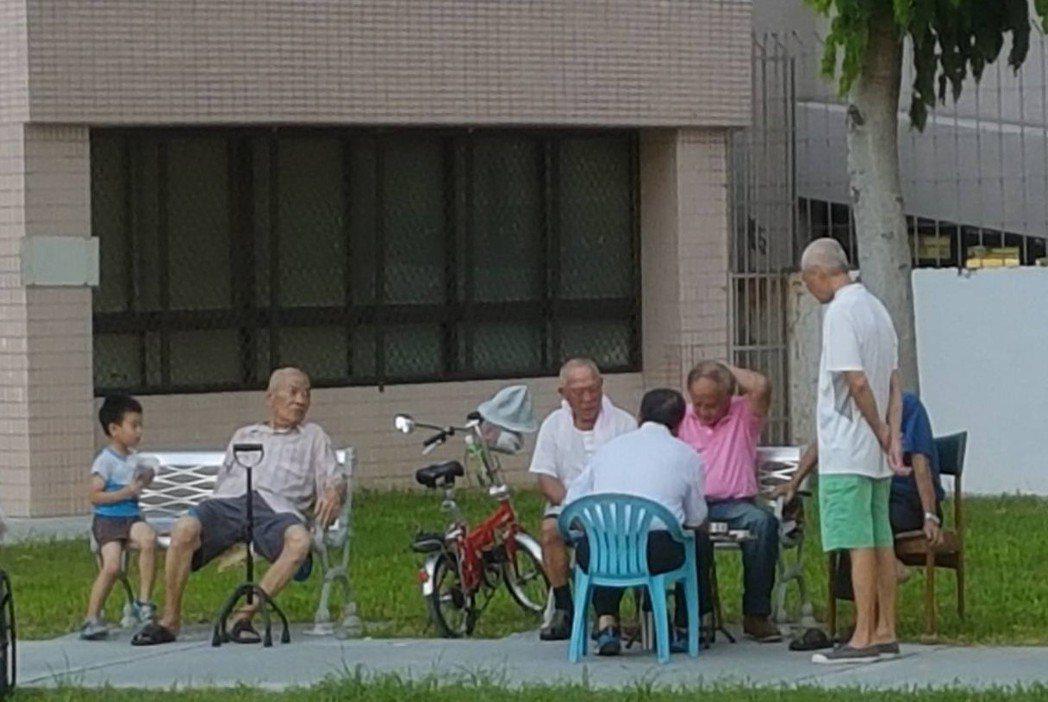 長者外出活動時雖會避免在大太陽下曝曬,卻為了不要常跑廁所,水分攝取不足,醫師警告...