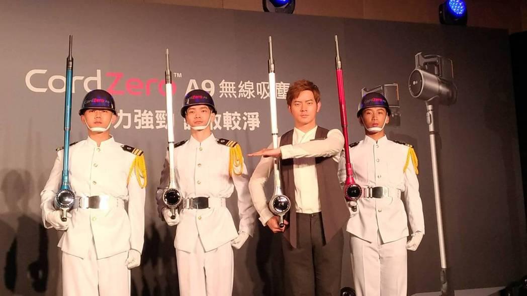 LG來台發表旗艦型吸塵器,邀請家電首位男性代言人宥勝(右二)站台。記者張義宮/攝...