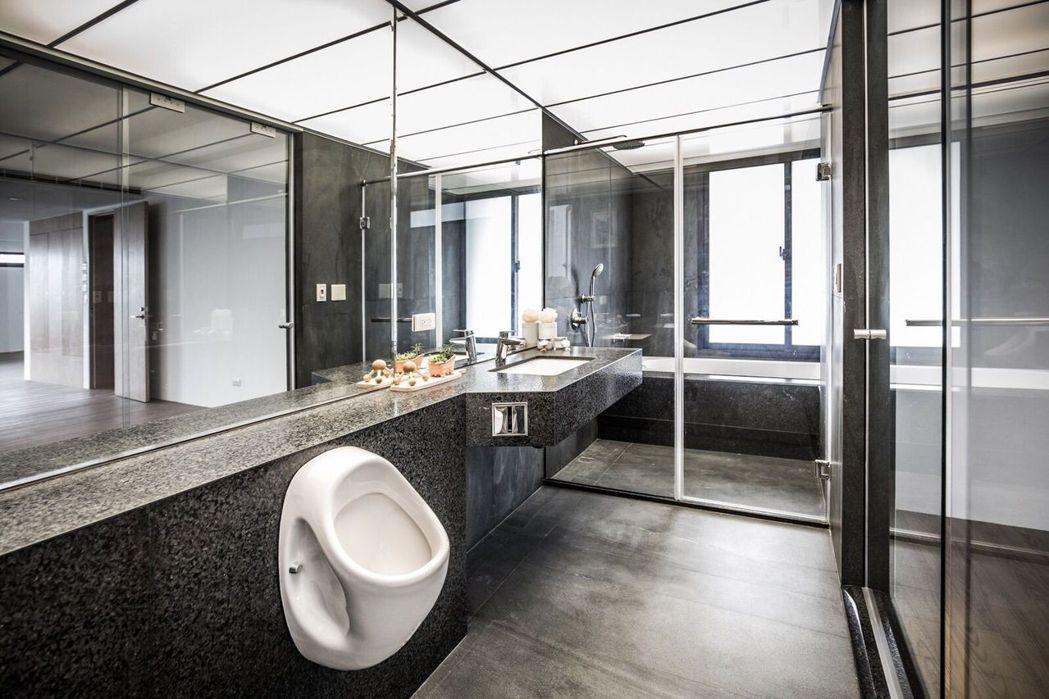 「聚德心馥綠園」廁所的玻璃天花板,不但美觀,也方便維修。圖/聚德建設提供