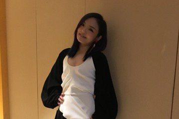 歌手徐佳瑩近年陸續接到電影及戲劇主題曲邀約,包括中國大陸熱播的偶像劇「夏至未至」片尾曲「最初的記憶」,以及七月底將上映的電影「閃光少女」,都邀她跨刀獻唱。徐佳瑩以「夏至未至」小說裡的遺憾場景與最初的...