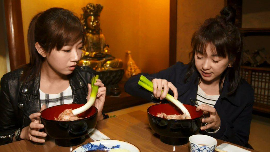 六月(右)與方志友大啖「大蔥蕎麥麵」。圖/TVBS提供
