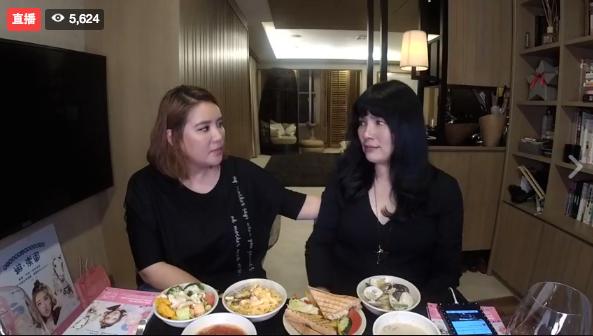 小禎為宣傳新書上唐綺陽臉書直播餐桌。圖/摘自臉書