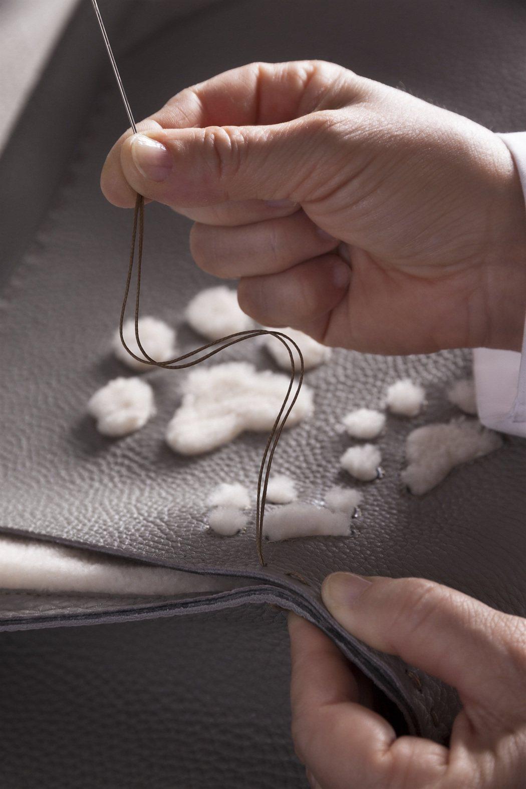 羊毛和皮革打造了俏皮的貓腳印。圖/FENDI提供