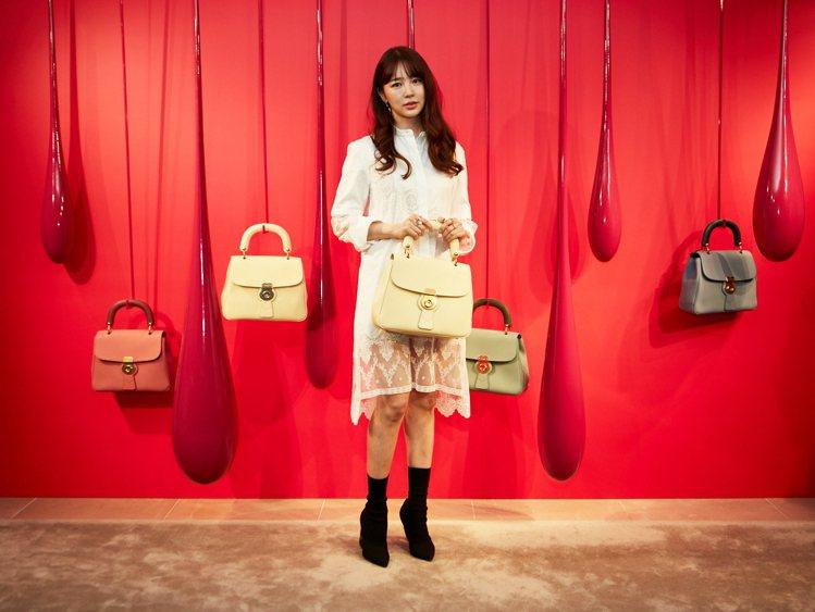 尹恩惠以蕾絲挖空棉質襯衫式洋裝配襯DK88包款,分售41,000元、86,000...