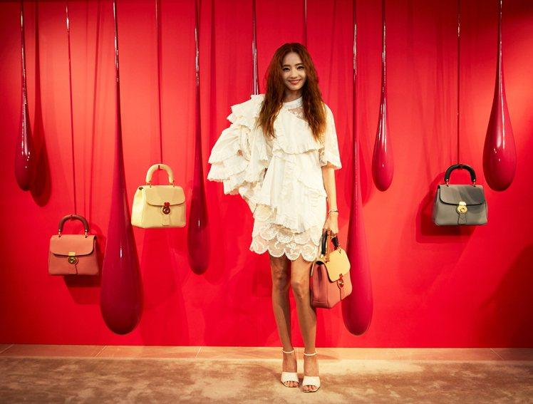 韓彩英身穿英式刺繡褶飾棉質蕾絲洋裝18萬元、DK88包款86,000元。圖/BU...