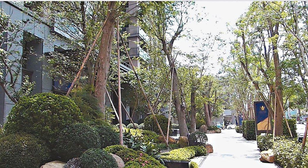 步行在聯聚保和大廈香樟花園綠蔭步道,可聽到蟲鳴鳥叫。 記者趙容萱/攝影