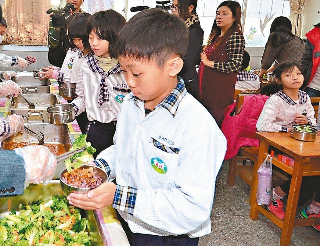 彰化縣政府取消規定學校午餐必備牛奶和水果,希望廠商把副食品成本,用來改善菜色。 ...