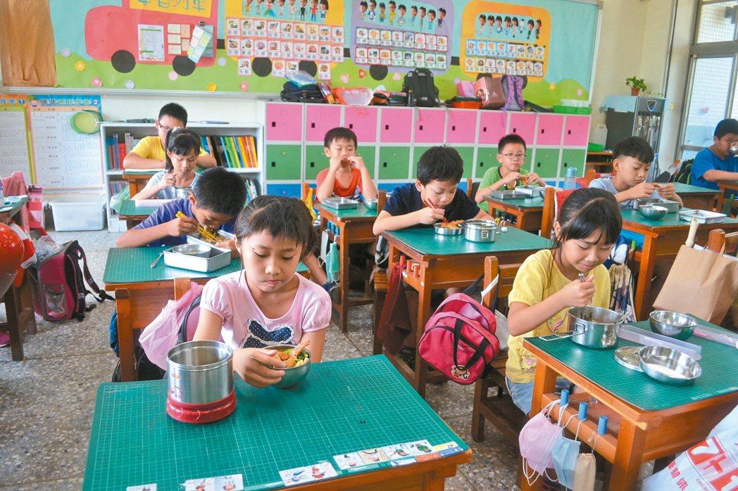 台南市營養午餐試辦四章一Q,成本提高,但吃得更安心。 記者鄭惠仁/攝影