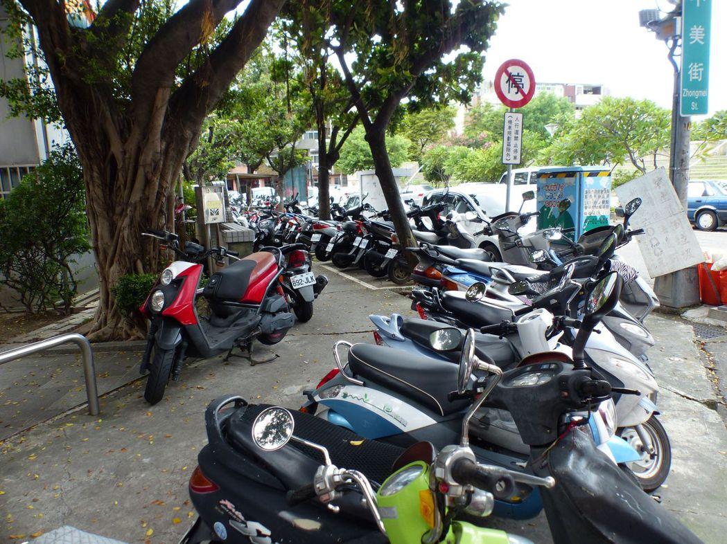 台中市中美街土地公廟人行步道,停滿機車。 記者趙容萱/攝影