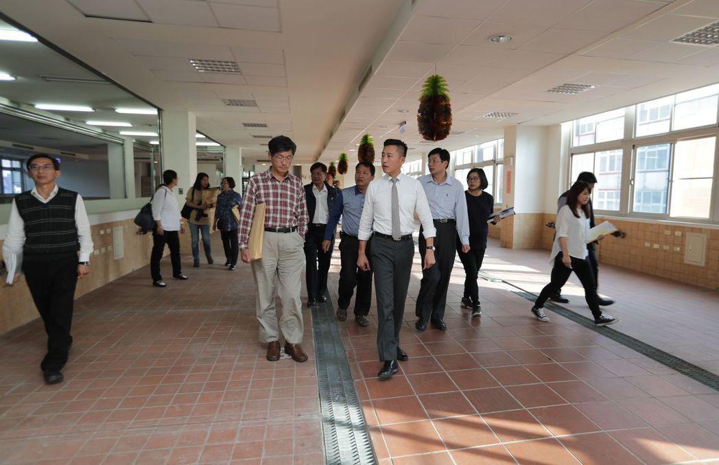 關東市場大樓將重新改造,市府團隊昨天訪查。 圖/新竹市政府提供