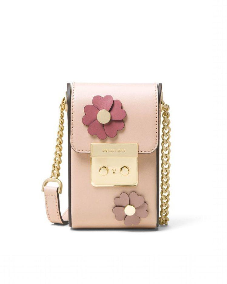 粉色立體花飾相機包,售價13,500元。圖/MICHAEL KORS提供
