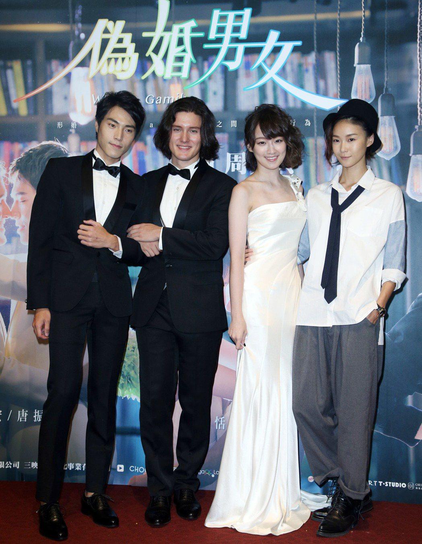 演員唐振剛(左起)、周厚安、李京恬、鍾瑶禮服婚紗登場為戲宣傳。記者陳瑞源/攝影