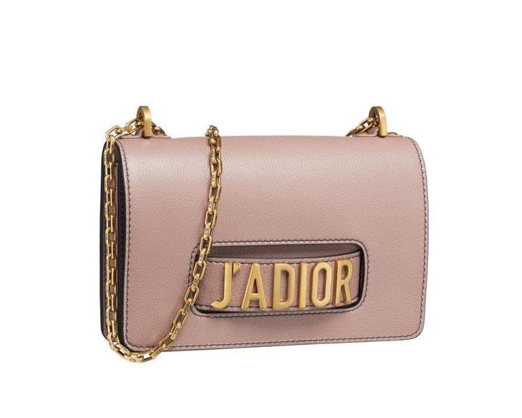 J'Adior淺玫瑰紅小牛皮翻蓋式金屬鍊包中型款,售約10萬5,000元。圖/D...
