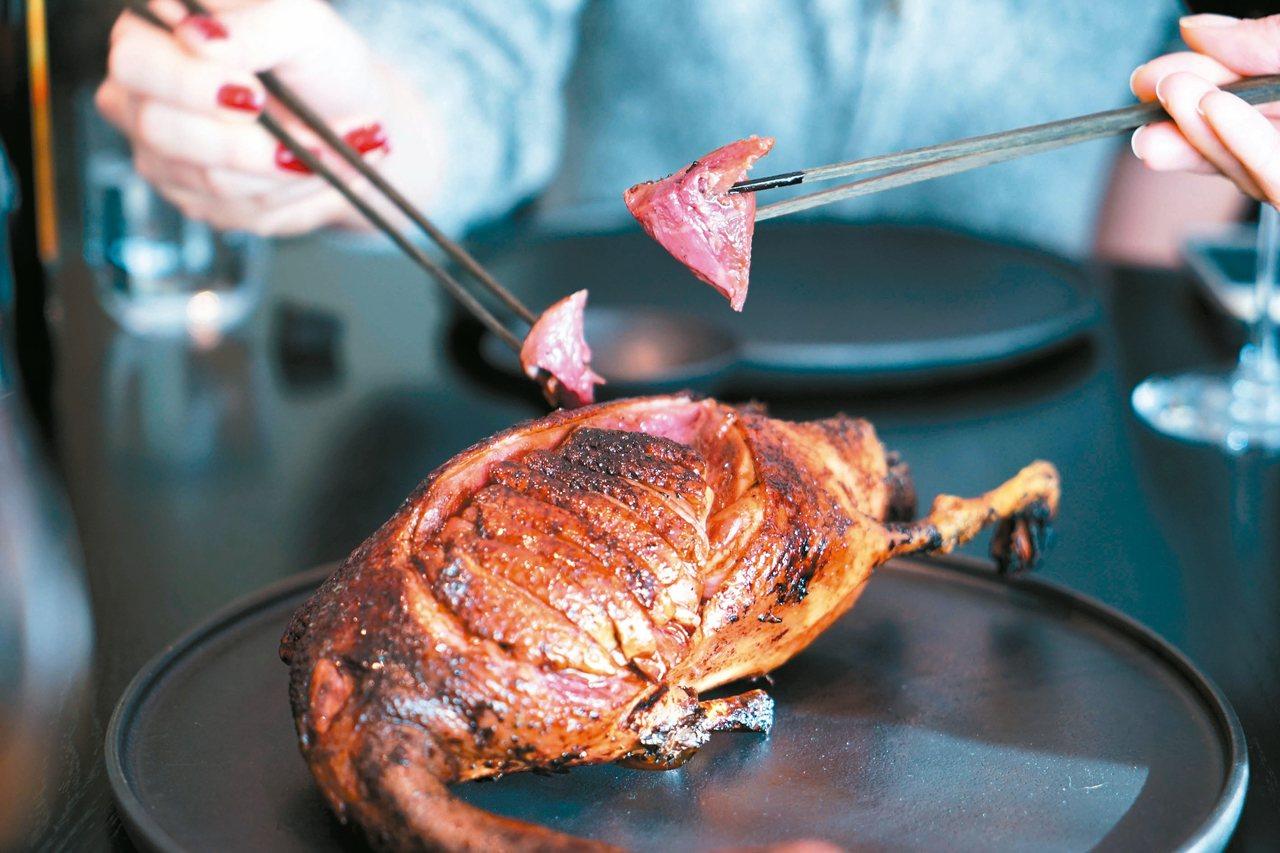 Noma Japan的烤野鴨上塗裸麥發酵醬,味道像照燒醬。 圖/高琹雯Liz