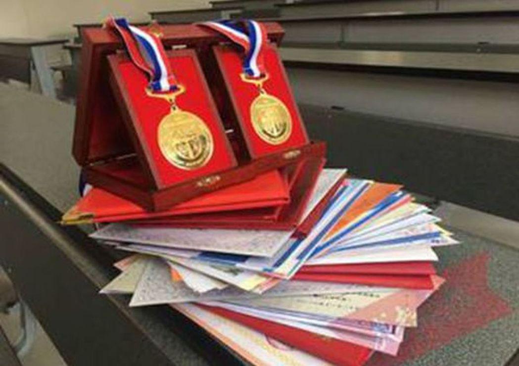 李運和柳曉貞4年拿107張獎狀。(取材自成都晚報)