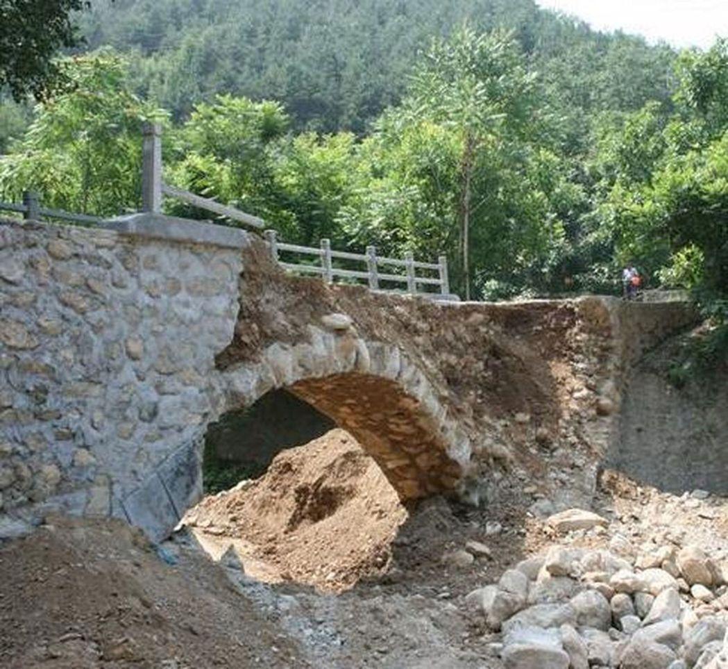 陝西丹鳳一座便民橋建好2小時就垮塌。(取材自華商網)