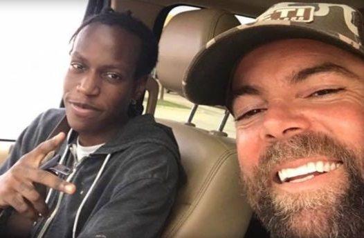 德州男子米契爾(右)在臉書發起募款,購車贈送素不相識非裔青年科爾瓦。 圖/取自臉...